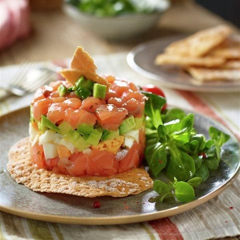 Ensalada de salmón con aguacate y queso
